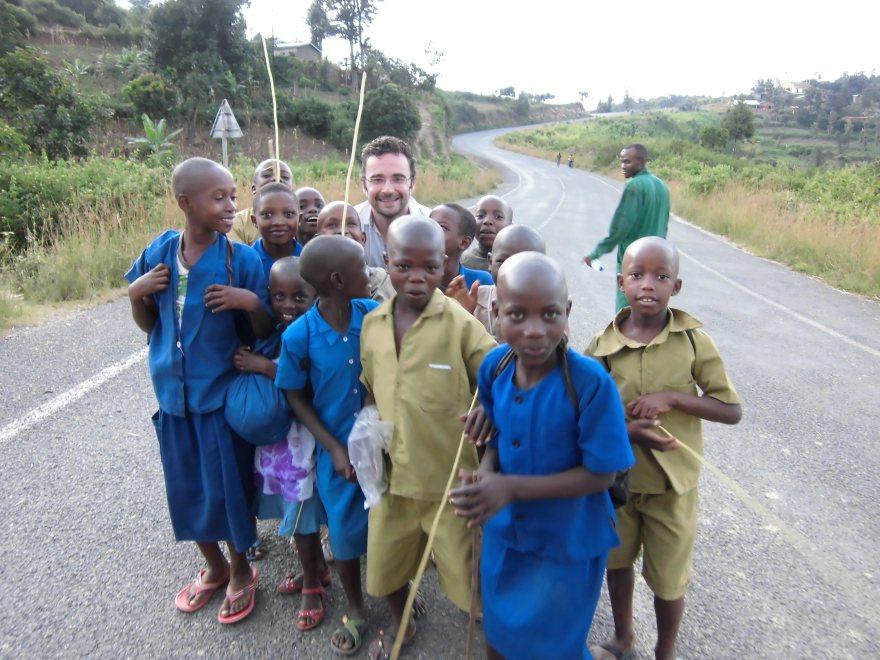 Schoolkinderen op de weg tussen Rwiza Village Guest House en het centrum van Kibuye