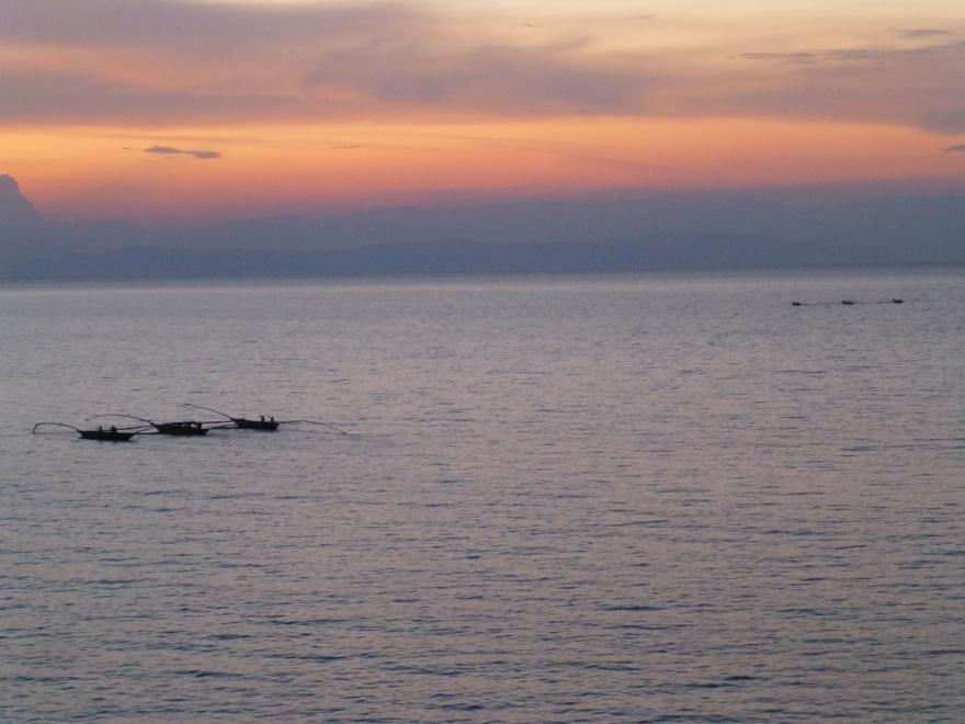 De vissers varen de zonsondergang tegemoet op het Kivumeer