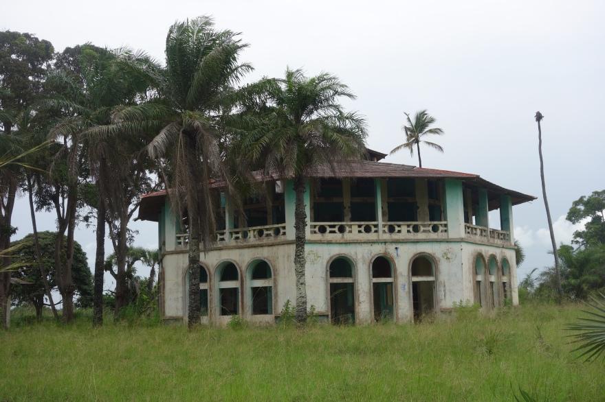 Vergane koloniale glorie, vlak voor het binnenrijden van het vissersdorpje Nsiamfuma