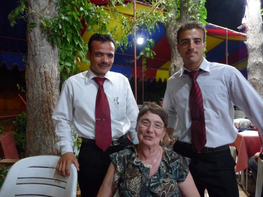 De jongens van het restaurant tegenover de eeuwenoude waterraderen van Hama