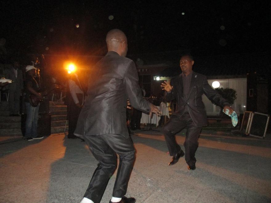 Gekostumeerde heren schudden dansjes uit de benen