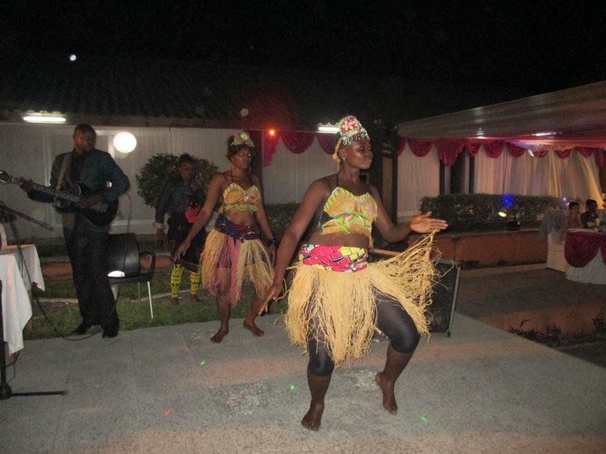 Danseressen in strooien rokjes dansen op de deuntjes van de Kasai